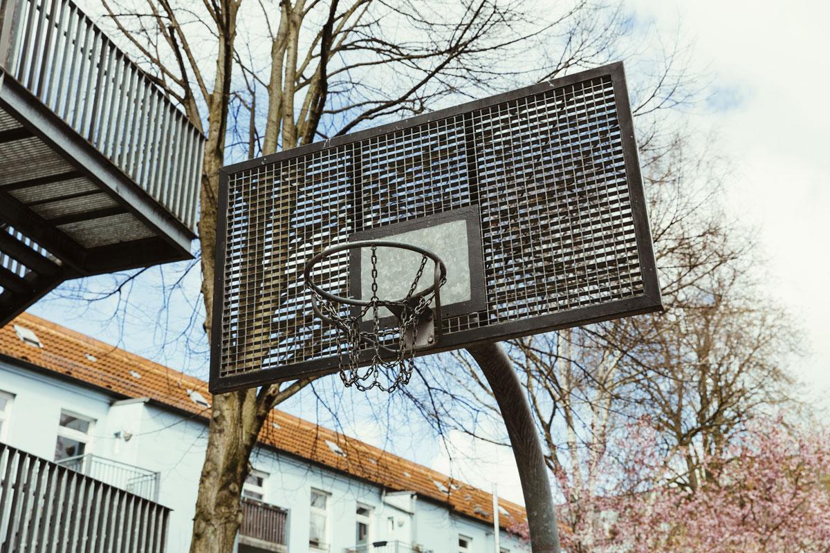 Ein Basketballkorb wurd auf dem Schulhof aufgebaut. Hier können die Schülerinnen und Schüler Basketball in den Pausen spielen.