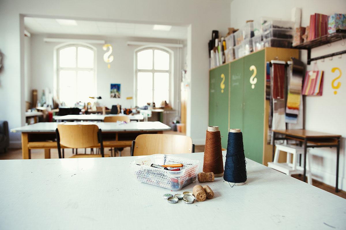In dem Atelier der Schule Rothestraße wird viel gewerkelt. Hier sieht man viele Arbeitstische mit Basteluntensilien.