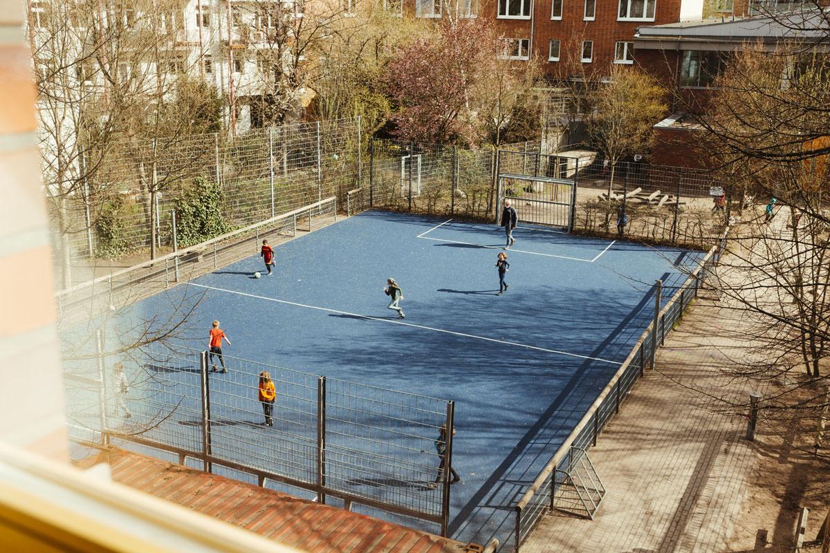 Hier wurder der Sportplatz auf dem Schulhof aus dem ersten Stock einen Klassenzimmers fotografiert.