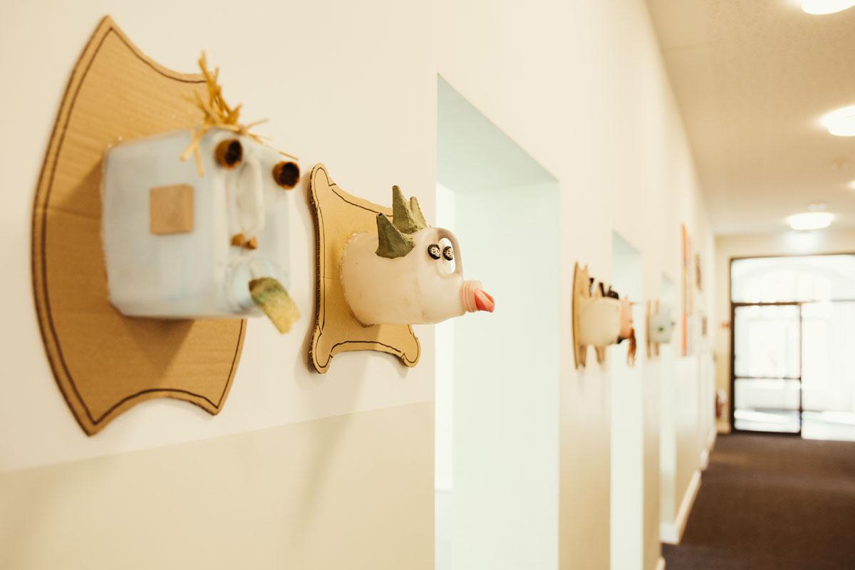 Das ist ein Blick in der Kinderwohnung der Schule. An der Wand hängen selbst gebastelte Tierköpfe aus alten Plastikgefäßen.