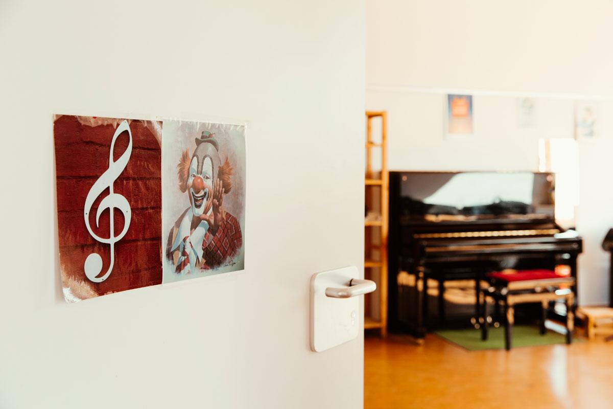 Blick durch eine geöffnete Zimmertür auf ein Klavier